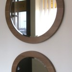 Apvalus įrėmintas veidrodis.