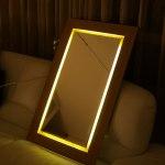 Šviečiantis veidrodis bambuko rėmu