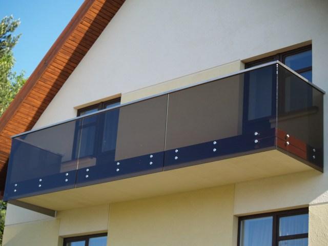 Stiklinis balkonas. Bronzinis stiklas