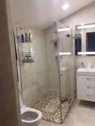 Kampinis dušas su varstomomis durimis