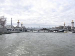 Un barco por el rio Sena en París