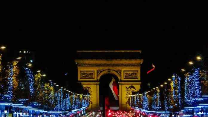 파리 샹제리제의 크리스마스 조명 장식