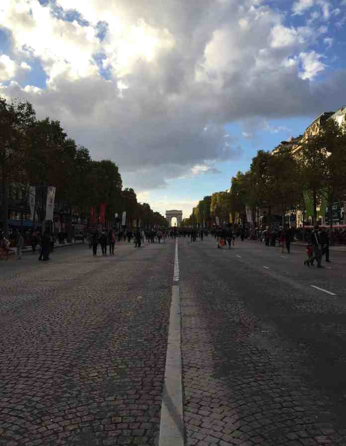 Arc de Triomphe en París desde los Champs Elysées