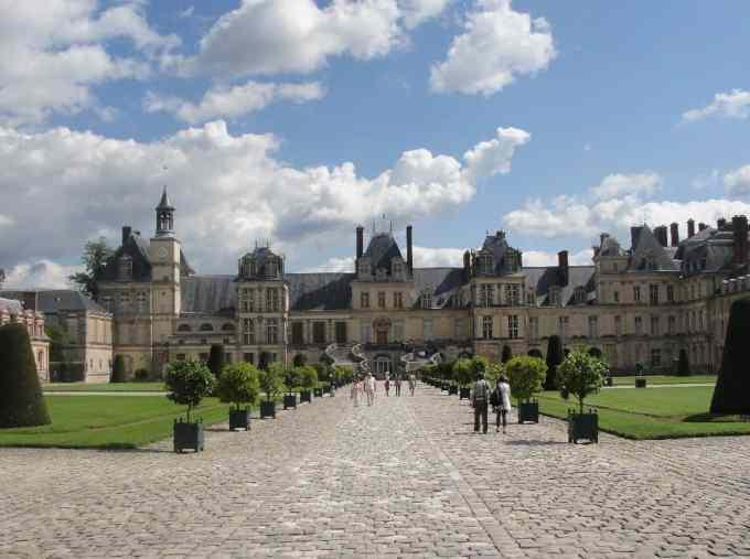 Château Fontainebleau excursion - Cour des Adieux