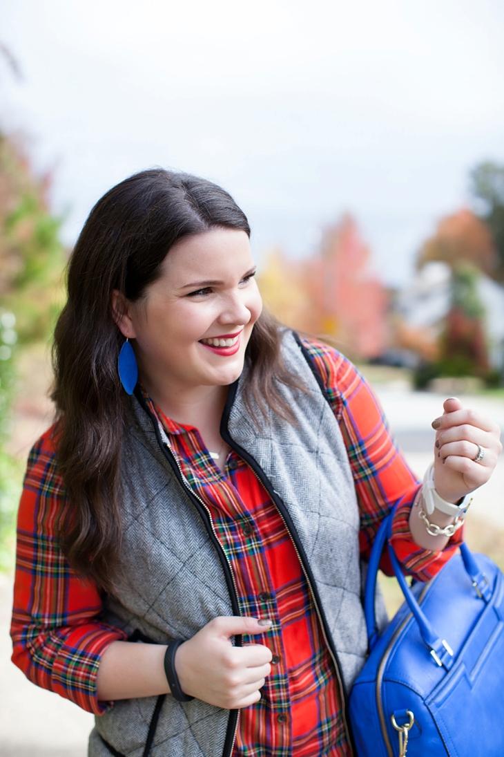 Flannel shirt, herringbone vest, cobalt blue bag | Fall style (5)