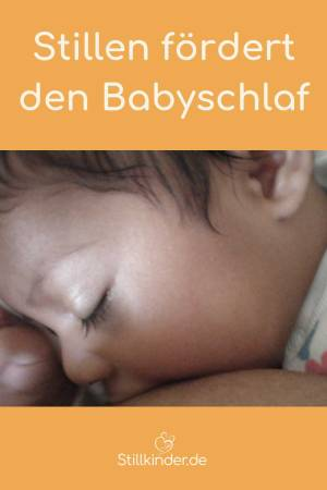 Baby mit geschlossenen Augen an der Brust