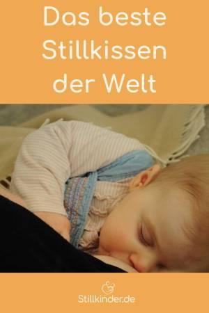 Ein Baby wird ohne Stillkissen gestillt