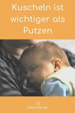 Baby schläft im Körperkontakt