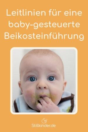 Ein Baby füttert sich selbst