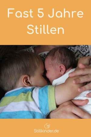 Großer Bruder kuschelt mit dem neu geborenen Geschwisterchen