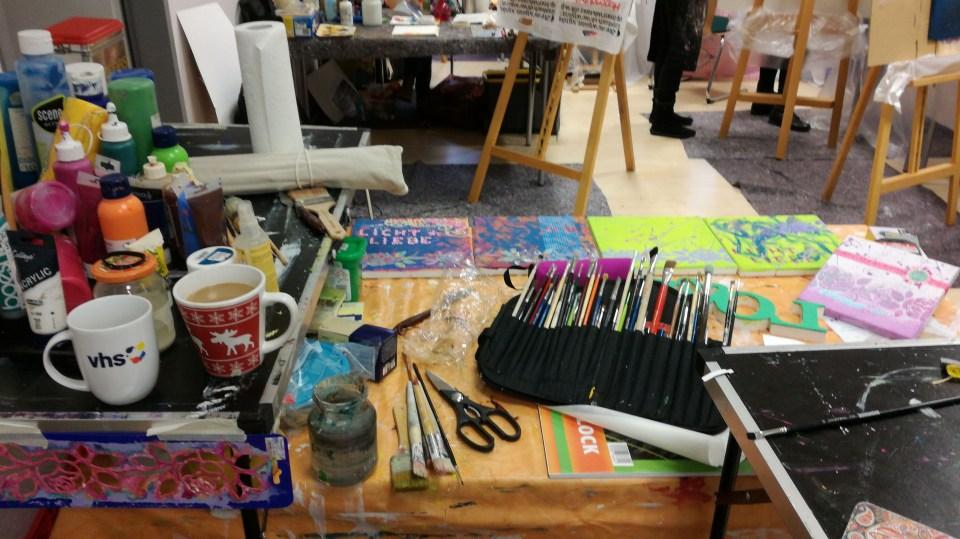 Auf dem Foto ist ein Arbeitsplatz zum Malen und Gestalten zu sehen.