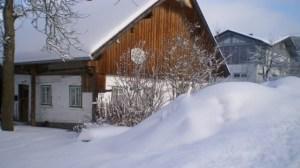 Holzhaus im Schnee.