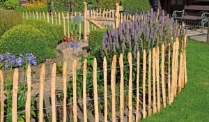 akátový plot opřený o zem