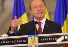 Presedintele Traian Basescu fericit ca a gasit mere romanesti.