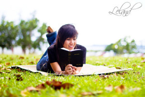 girls-reading-bible
