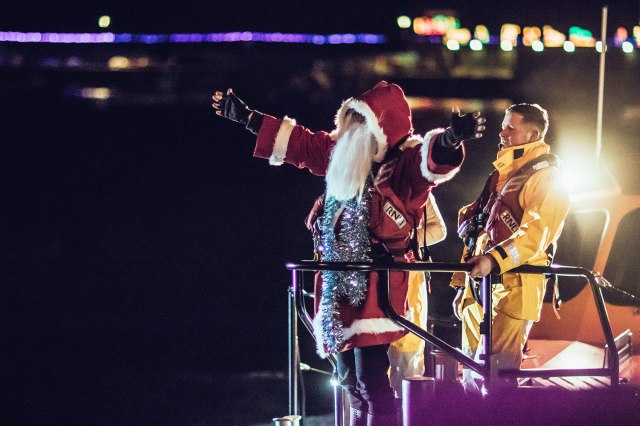 Santa Arriving On The Lifeboat 02 Np 1500
