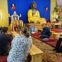 Flere trossamfunn tok godt imot oss. Vi besøkte Alex-treff Berlin, et interreligiøst møtested knyttet til Bahai-samfunnet. Noen deltok i søndagsandakt hos Kvekersamfunnet, som etterpå inviterte til en samtale om deres fredsarbeid. Hos buddhistsenteret Bodhicharya fikk vi omvisning i hagen med nybygget stupa, og i templet lærte vi mer om buddhistisk praksis og lære.