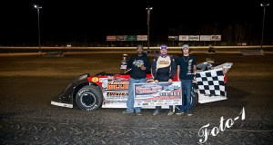 Riley Hickman and crew celebrating their $10,000 victory. (Foto-1.net photo)