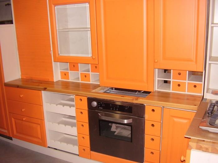 Cucina in legno massello color arancione ad angolo  Stock