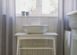 Das Ferienhaus verfügt über ein Badezimmer mit Badewanne und Dusche.