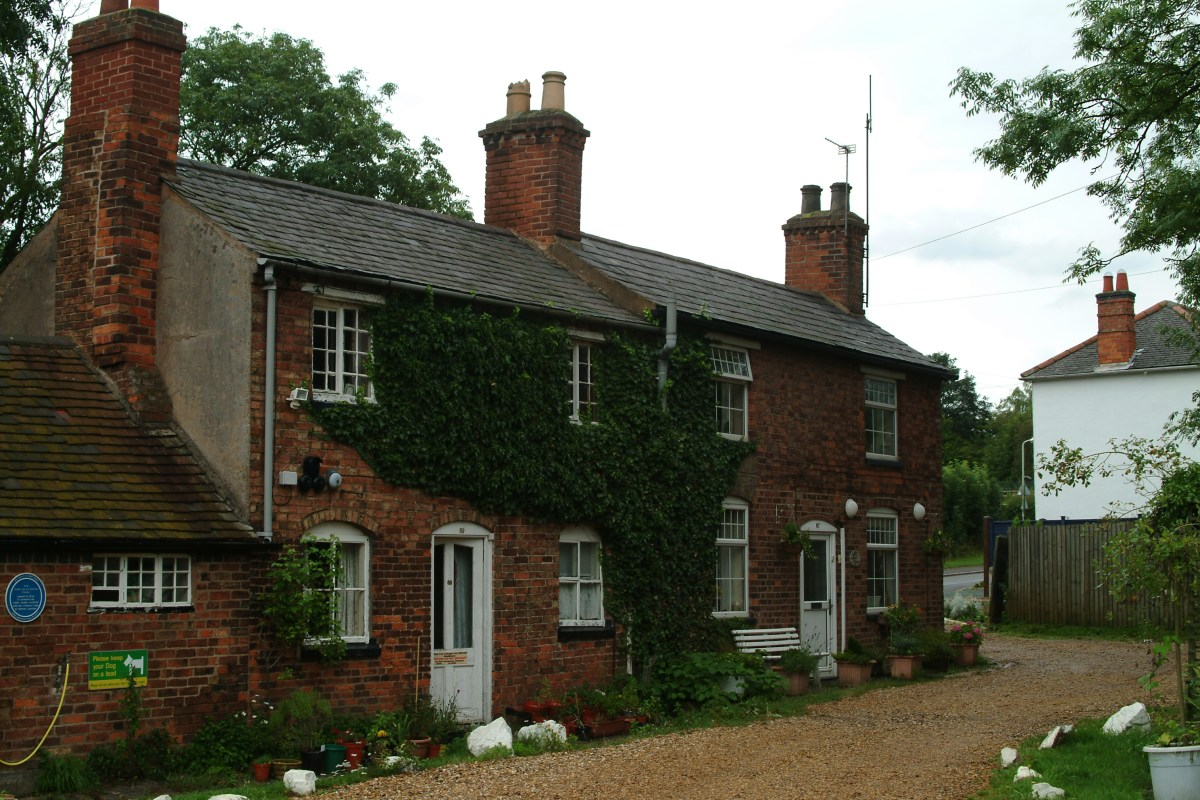 Cottages near the Ashby Canal
