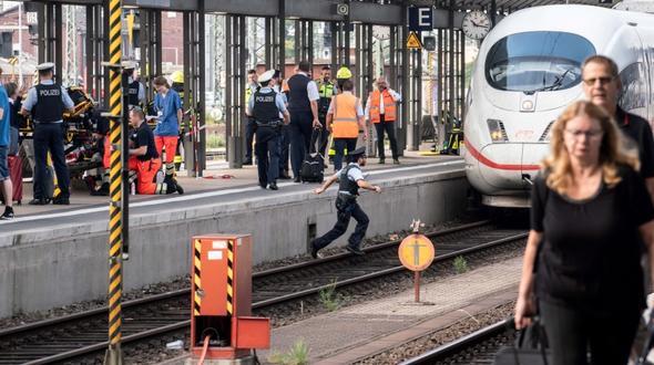 Bub 8 in Frankfurt vor Zug gestoen und gettet