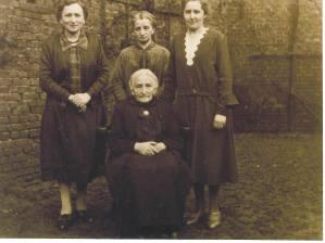 Bertha, Josephina en Hedwig achter hun moeder