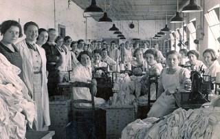 Tricotage fabriek Kann en Co. Hildegard Andriesse - de derde van links.