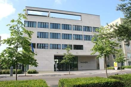 Vertretung von Rheinland-Pfalz in Berlin. Fassade mit Mainsandstein weiß-grau des Bamberger Natursteinwerks. Fotos: Peter Becker