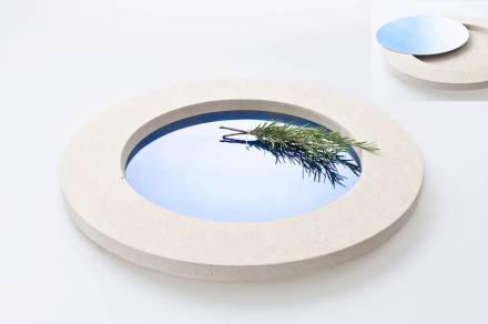 """Para a """"Fundu"""" Diego Vencato deixou-se inspirar pela paisagem da Apúlia: o azul do céu e do mar e a claridade do calcário de Lecce são seus elementos marcantes. A bandeja com placa metálica azulada exemplifica essa impressão."""