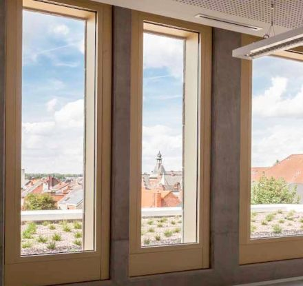 On the interior a gilt frame surrounds the window openings: a kind of optical metaphor on the Flemish Masterpieces – citizens can experience the beauty of their city as if it were a piece of landscape art according to the architects.