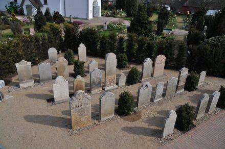 """Als """"Erzählende Steine"""" werden sie nun wieder präsentiert. Das Foto zeigt den Teil der Anlage mit den Grabsteinen der Seefahrer."""