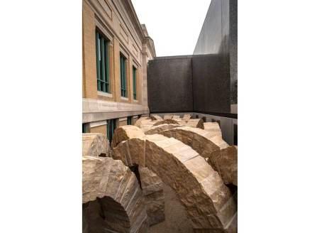 """""""La pietra sta facendo un viaggio geologico"""", così riflette Goldsworthy in un testo. Questo movimento lo voleva conferire ai suoi archi, assemblandoli come se stessero un po' lottando per il posto."""