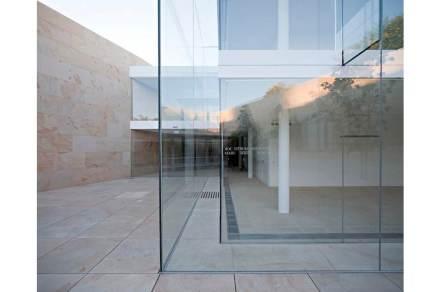 """Una della vetrate porta l' iscrizione """"Qui è stata istallata nel maggio 2012 la prima vetrata""""."""