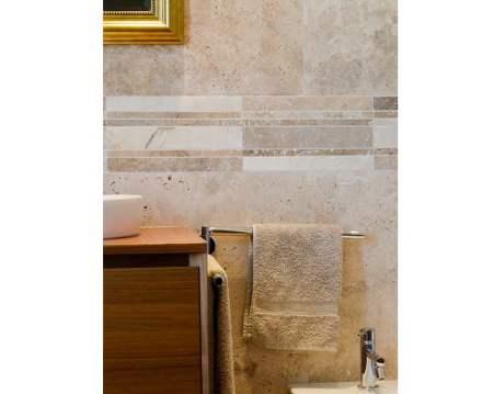 Strisce che percorrono le pareti possono mettere degli accenti nel disegno delle marmette in un bagno.