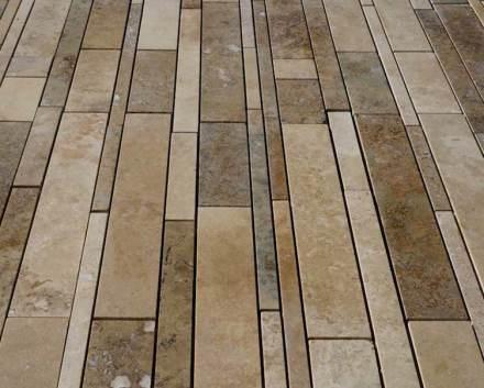 La superficie della pietra è levigata e i pori sono stati chiusi con del cemento colorato. La pietra è resistente al gelo e utilizzabile anche per l'esterno.