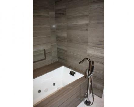 Particolare è il modo di rifornimento di acqua per la vasca da bagno.