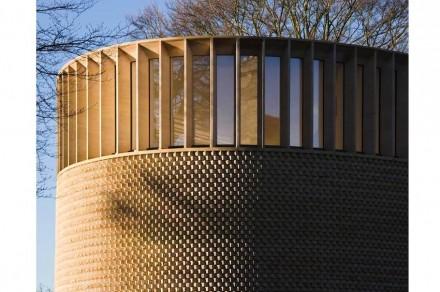 Ganz oben löst sich die Fassade in eine Fensterreihe mit Kalksteinstützen auf. Foto: Níall McLaughlin