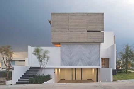 Wie man Naturstein als Akzent am Bau verwenden kann, führen Eliás Rizo Arquitectos und Agraz Arquitectos mit ihrer Casa X in der mexikanischen Stadt Zapopan vor.