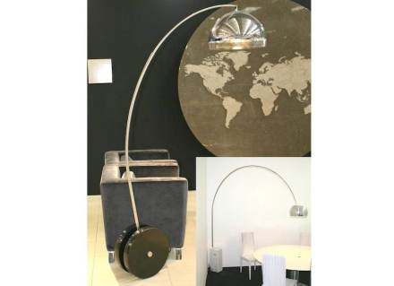 """Achille Castiglionis Lampe """"Arco"""" von 1962 (kleines Bild rechts) mit Rädern beweglich gemacht von <a href="""" http://www.lsi-stone.com/""""target=""""_blank"""">Inovopedra</a>."""