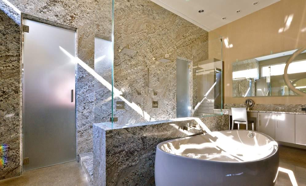 A wild Brazilian stone in an American bathroom - Stone-ideas.com