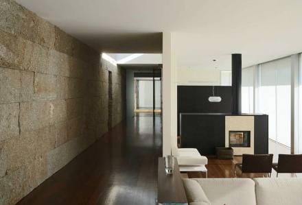 Mit kleinen Natursteinblocks hat der deutsche Architekt Anton Graf ein Haus in Portugal ungewöhnlich gestaltet.