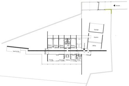 Uma parede interna que se estende como uma espinha dorsal ao longo da construção.
