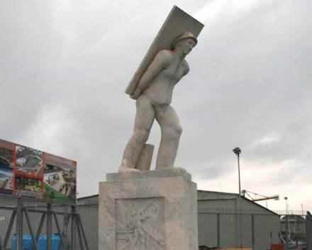 Nel porto di Carrara un monumento ricorda il lavoro di ossa  dei portatori delle lastre di pietra durante il carico delle navi per le esportazioni.