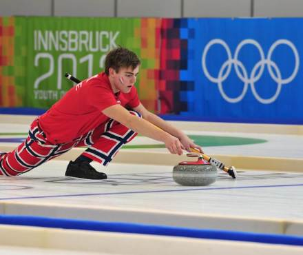 Curling at the Winter Youth Olympics in Innsbruck, 2012: Martin Sesaker, Norway. Photo: Wikimedia Commons