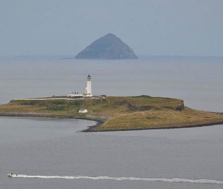 Ailsa Craig (behind). Photo: Wikimedia Commons / Vincent van Zeijst.