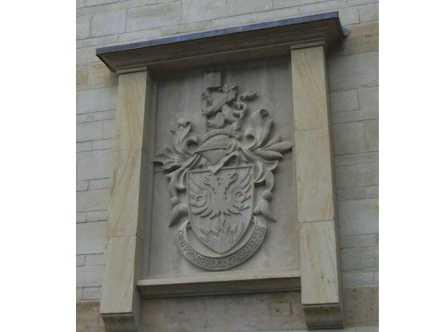 Wappen der Clayesmore school. Chicksgrove and Ham stone 1,2 m x 1,9 m.