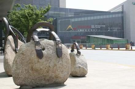 Kunst in Naturstein am Zugang zum New International Expo Center in Shanghai. Foto: Peter Becker