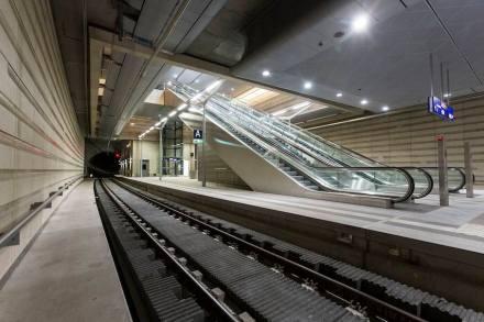... und wird natürlich auf dem Bahnsteig fortgesetzt. Der ist 215 m lang. Foto: © Deutsche Bahn AG/Martin Jehnichen