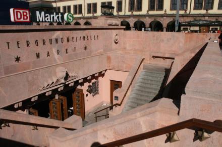 """Der südliche Zugang zur heutigen Bahnstation """"Markt"""" ist wie der alte Zugang zur Messehalle gestaltet. Dafür wurde das Original aus Rochlitzer Porphyr ausgebaut, saniert und neu installiert. Foto: Peter Becker"""
